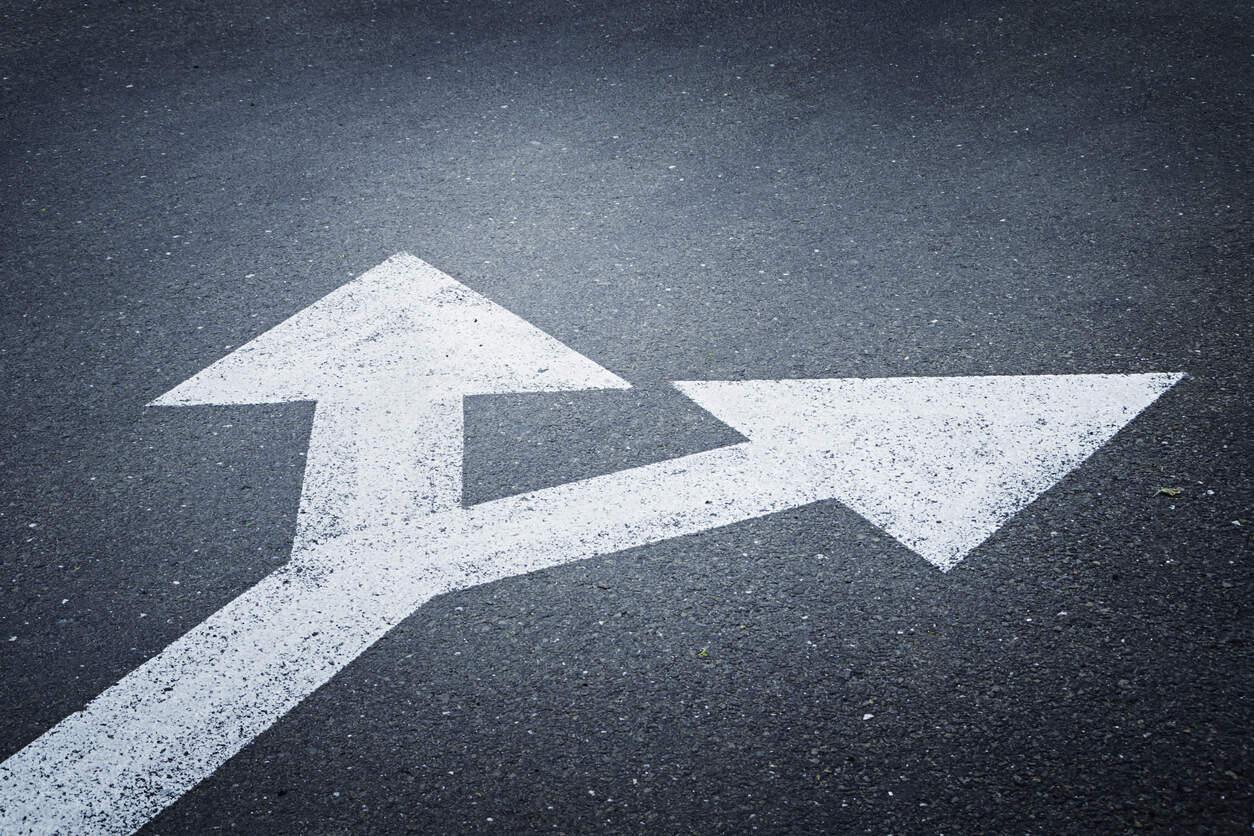 Setas na estrada indicando dois caminhos