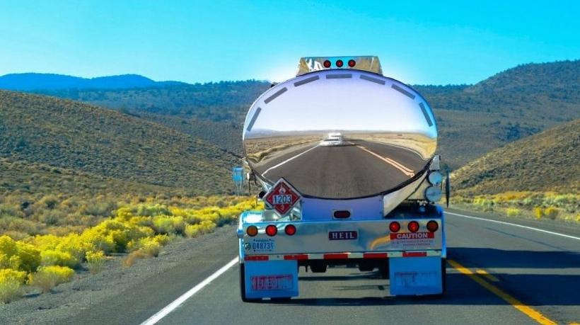 caminhão de transporte de cargas perigosas